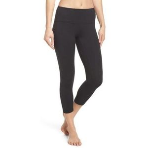 Zella live in solid black crop capri leggings